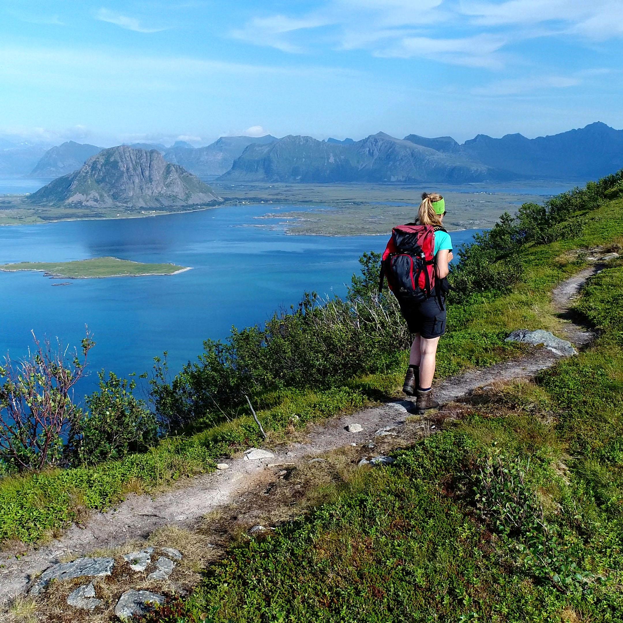 RANDO-LOFOTEN - Hiking to the summit of Middagstinden